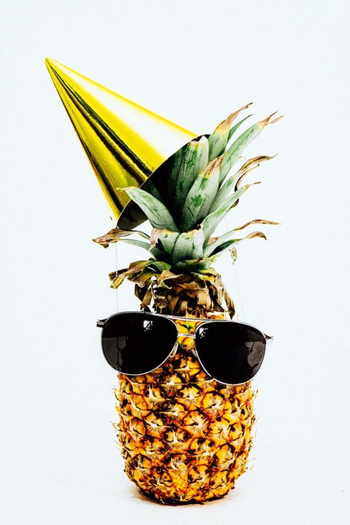 Lekcja od tego ananasa? Nie bierzcie go na pizzę, a na imprezę! Najlepiej urodzinową.